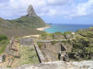 La vista verso il Morro do Pico dalla torre rotonda della Fortaleza de Nossa Senhora dos Remedios, Fernando de Noronha, Brasile. Author and Copyright Marco Ramerini