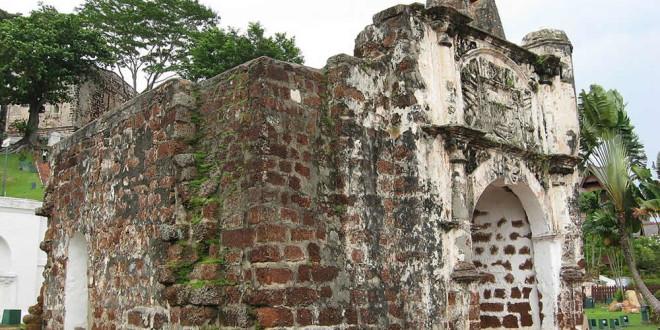 Porta de Santiago, Portuguese fort (A Famosa), Malacca, Malaysia. Author T0lk. No Copyright