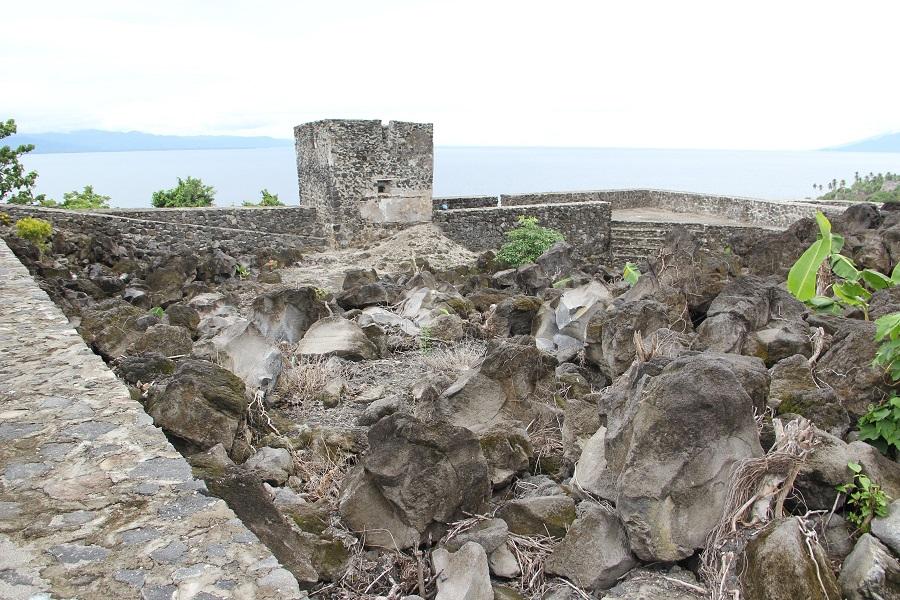 Bloques de lava en el interior del fuerte.