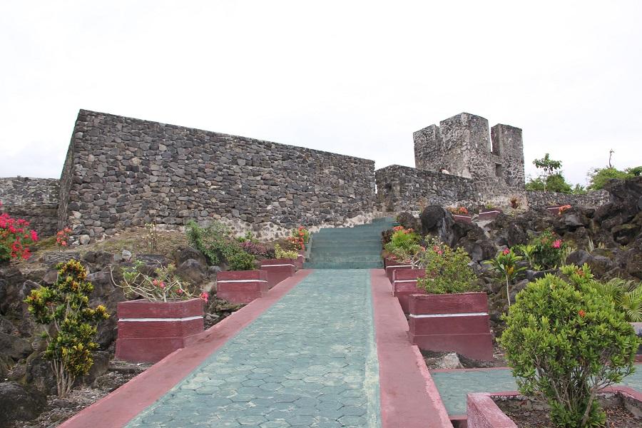 Escalera y pasarela de acceso al fuerte Torre, después de la restauración.