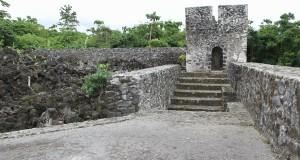 Fotografía de la torre del fuerte Torre en 1928 (Van de Wall) y en 2014. La fotografía en blanco y negro está erróneamente atribuida al fuerte Tohula.