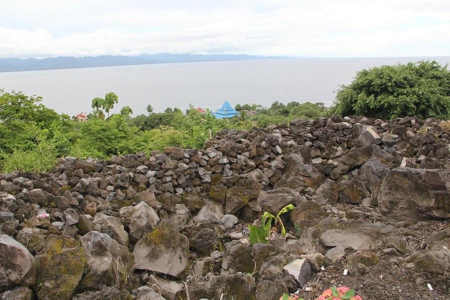 Muralla de piedras en la zona de acceso al fuerte Torre.