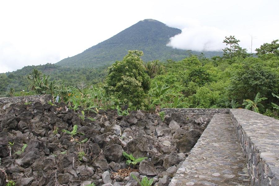 Muralla norte del fuerte con el volcán Kiematubu al fondo de la imagen