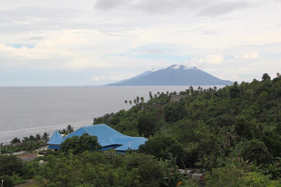 Vista de las islas de Maita y Mare desde el fuerte. Se divisa el fuerte Tohula y el nuevo palacio del sultán con techo azul
