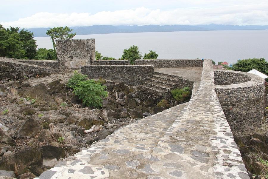 Vista del fuerte con la estructura semicircular. Al fondo la isla de Halmahera.